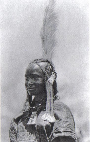 Woman with feather and other hair ornaments, Oulad-Hamid, Sudan.  Photo: Bernatzik, first half of 20th century. | Photo and text from the book Hair in African Art and Culture, Edit by Roy Sieber and Frank Herreman, The Museum for African Art, New York, 2000.