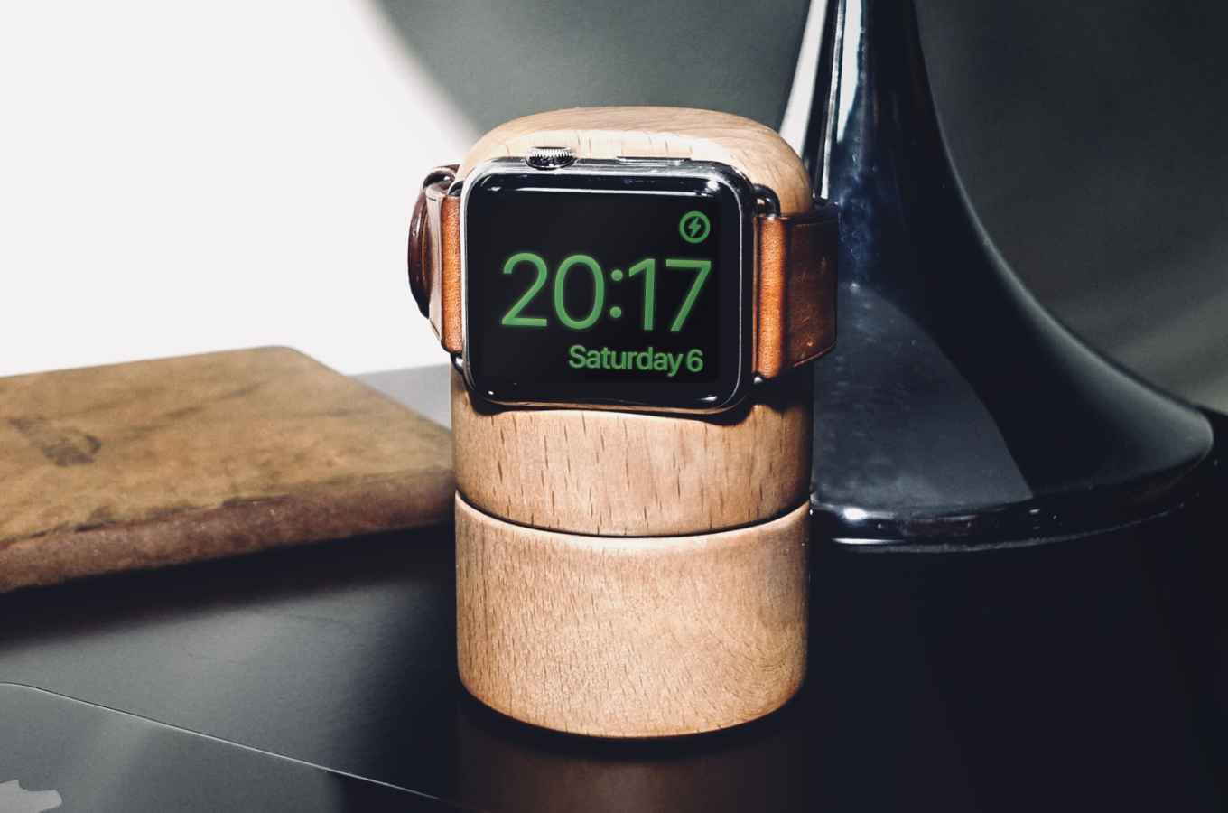 TotmTravl = Apple Watch wooden Dock AND Smart Power-bank (Homekit / IFTTT)