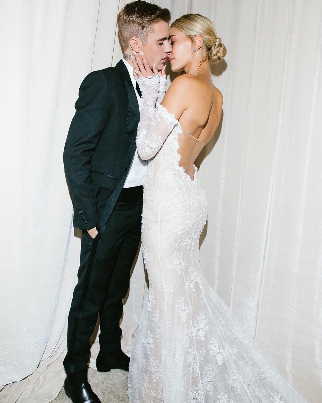 ヘイリー ビーバーのウエディングドレス ヴァージル アブローによるオフホワイト ウェディングドレス レース 夢のウェディングドレス 花嫁