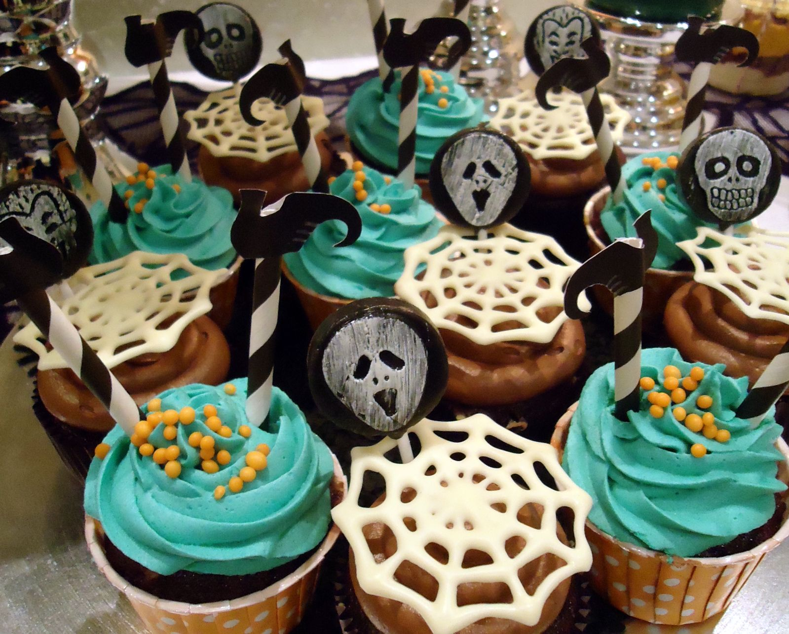 Halloween-Cupcakes mit Topper (von der Tassenkuchen - Bäckerei - Halloween Cake Decorating Ideas