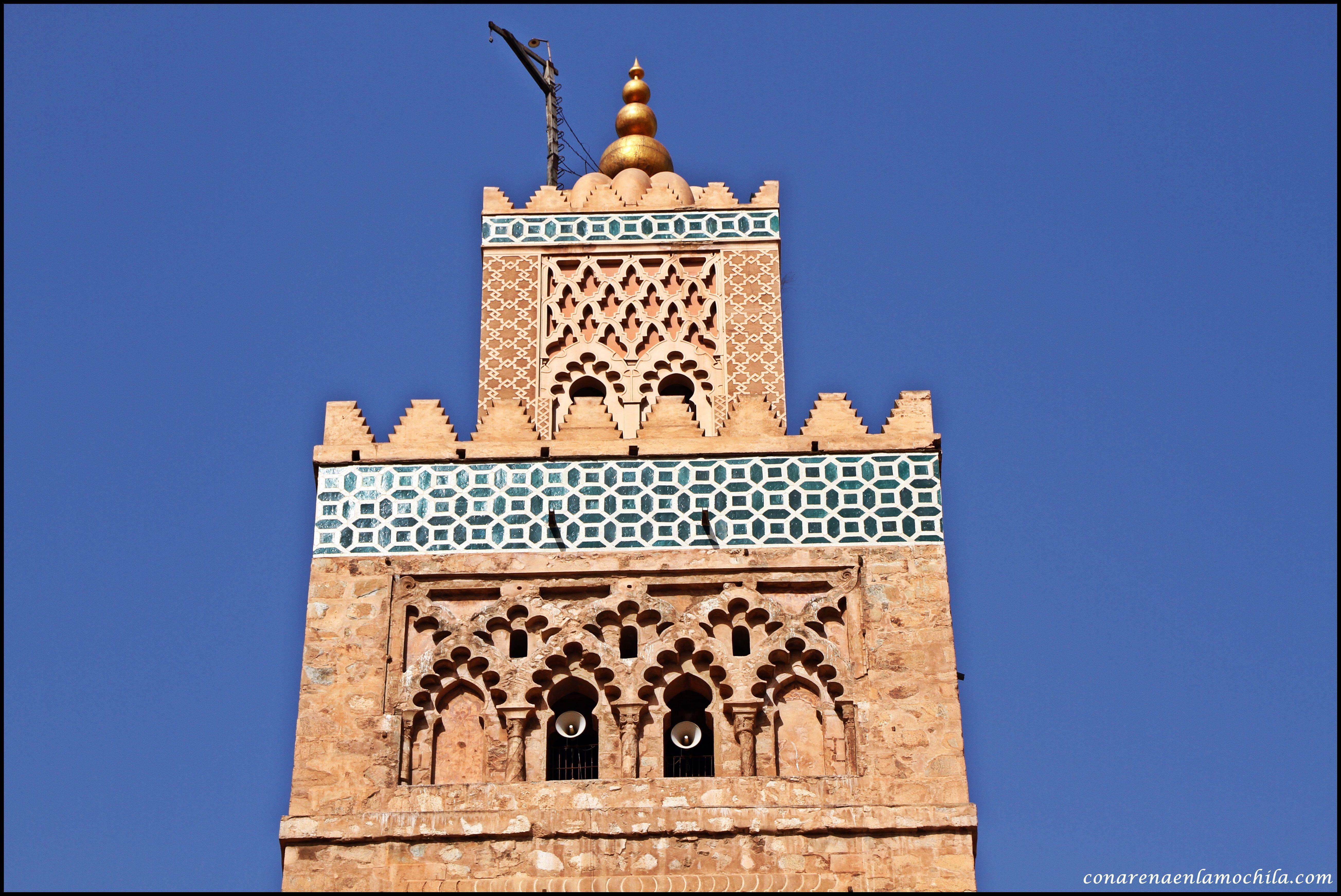 Detalle superior del alminar de la mezquita de Kutubiyya en Marrakech, con elementos decorativos como cerámica vidriada y sebka.