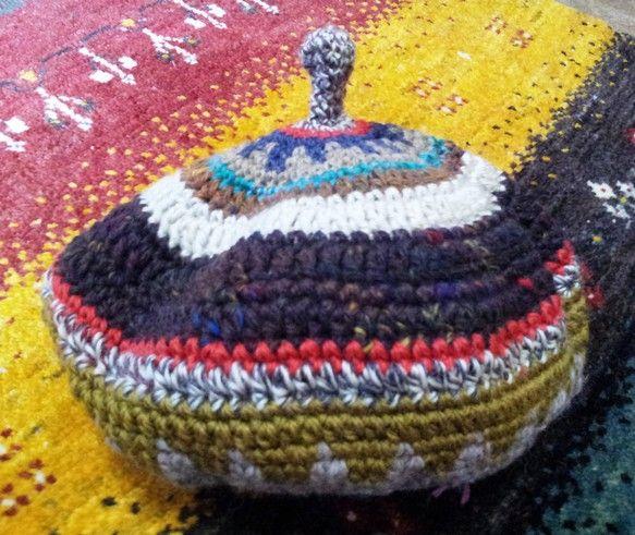 毛糸の手編みの少し変わったてっぺんのとんがり帽子です素材ウール大きさ平置き横幅27㎝平置き高さ23㎝頭囲 実寸法 約58㎝(使用されているとニットなので伸びて... ハンドメイド、手作り、手仕事品の通販・販売・購入ならCreema。