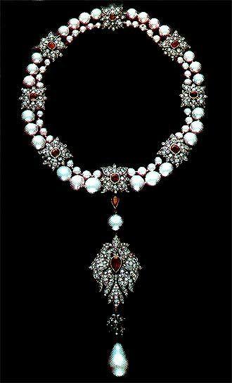 The Case chanel of pearl preston necklace