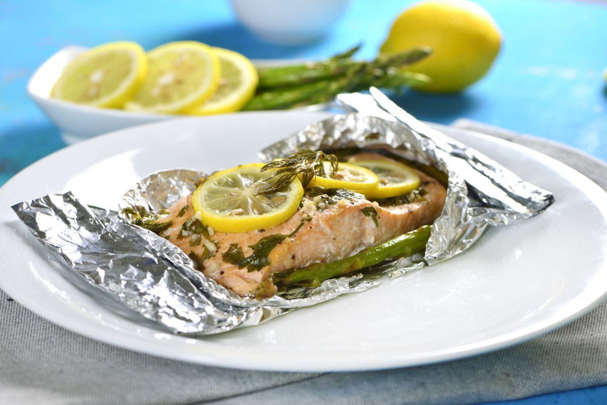 Salmón Empapelado Con Espárragos Receta Como Cocinar Salmon Cocinar Salmon Recetas Para Cocinar Salmon