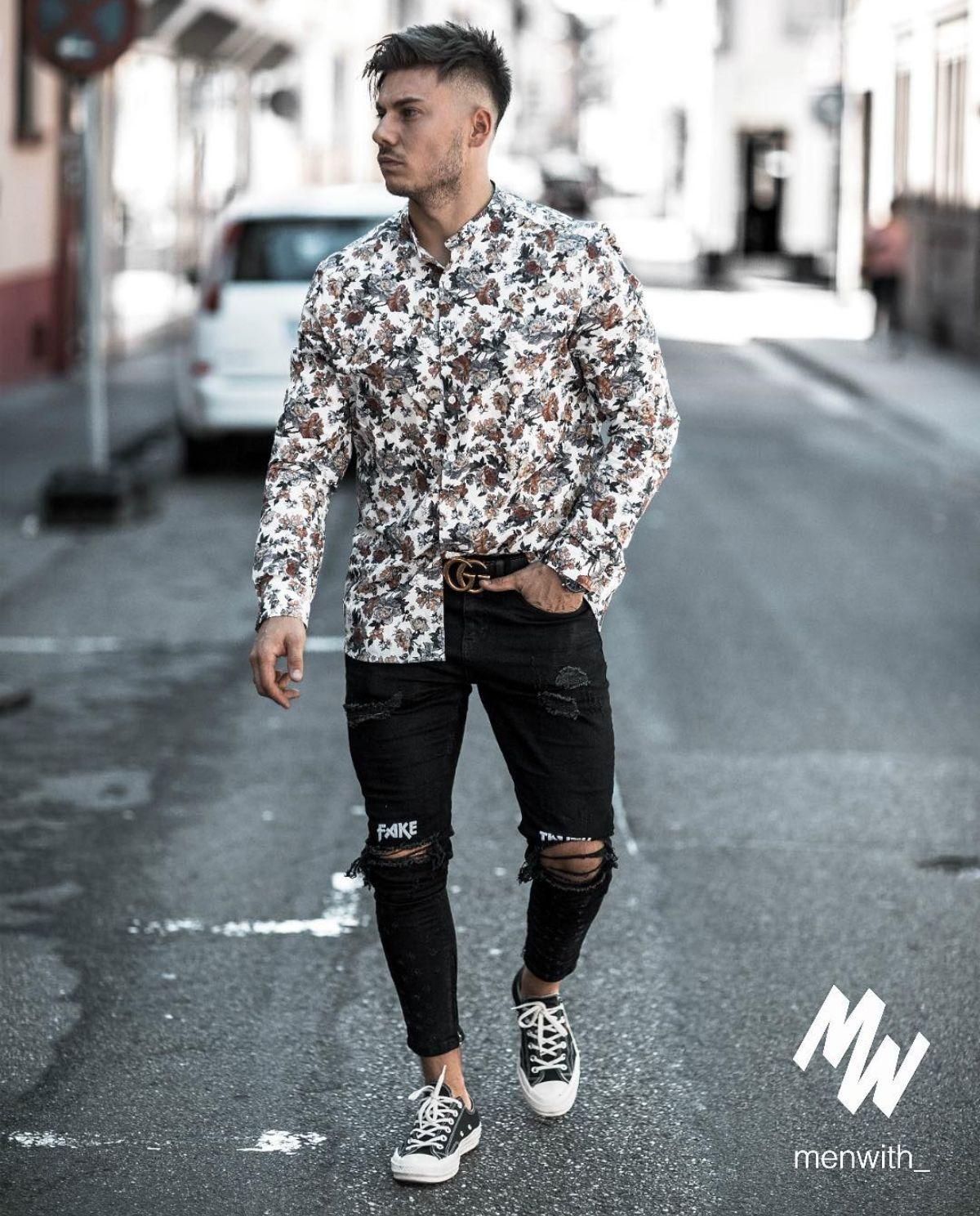 ba11bac894 Look masculino com camisa florida e calça destroyed preta. Veja mais  estampas que prometem bombar