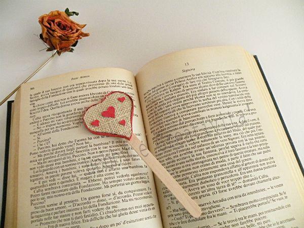 Il segnalibro a cuore è il regalo semplice da realizzare, ideale a San Valentino per chi ama leggere ancora sui libri di carta anzichè su e-book. Un pensier