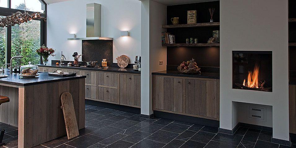 Ticino landelijke keukenkeuken met open haardhouten keuken