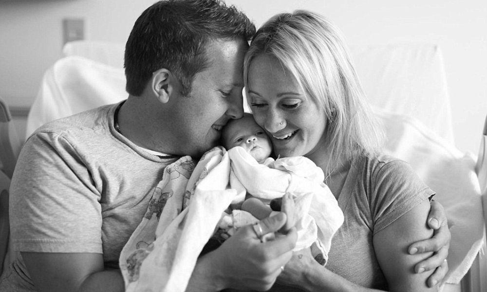 Fotógrafo registra em série tocante o momento em que pais conhecem o filho que vão adotar