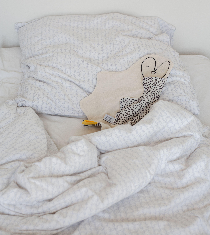 grand doudou plat pingouin noir et blanc fabrique en france doudou pingouin cadeau naissance original