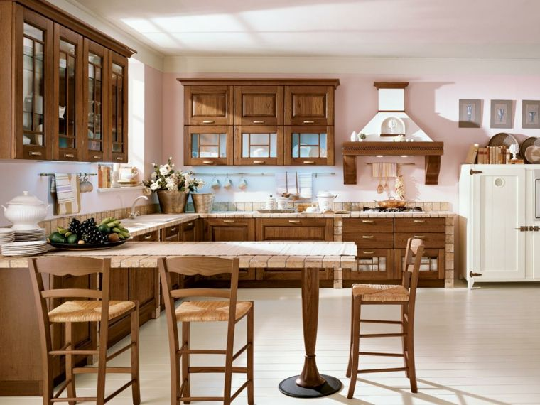 Classica cucina muratura rustica in legno con tavolo for Sedie per cucina classica