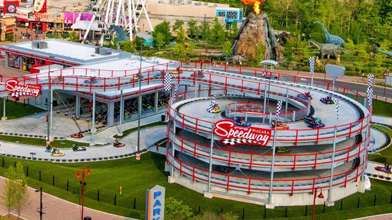 任天堂のゲーム マリオカート シリーズでは空の上や氷の世界 建物の中など現実にはまずあり得ないコースでレースを楽しむことができますが なんとその世界に入ってしまうようなゴーカート場が誕生しました マリオ マリオカート ビル