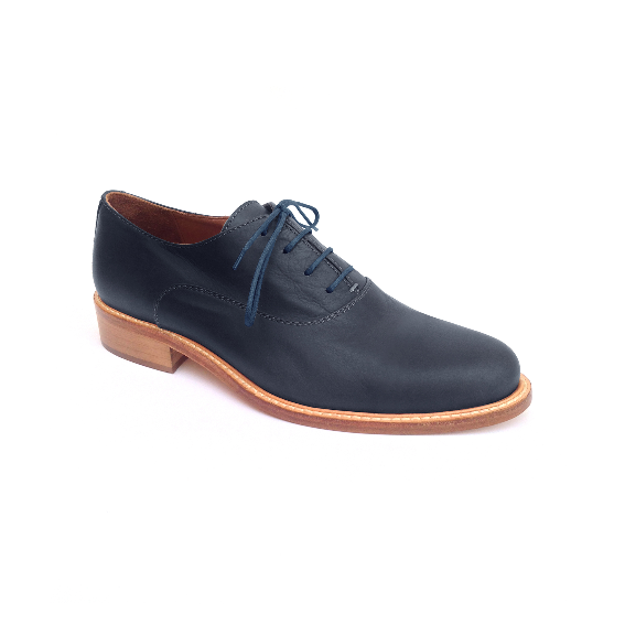Handmade Oxford brogues in premium quality full grain leather. The traditional design and the rounded tip make these shoes a timeless model to wear every day. 100% Made in Italy. By Floq.
