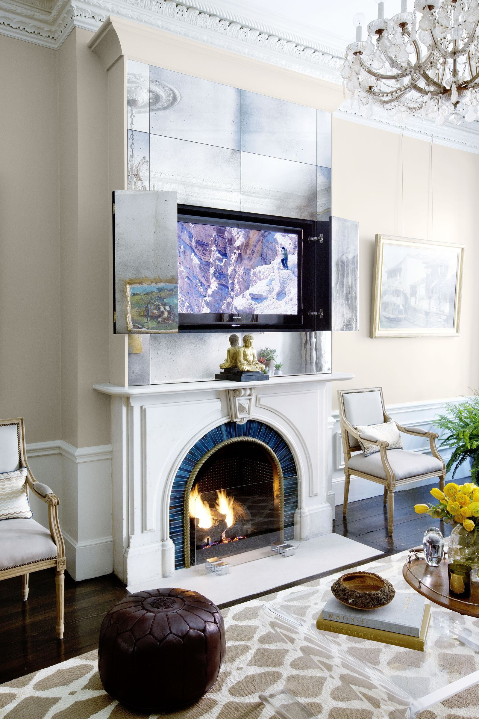 Designer Nina Farmer Took The Most Elegant Approach Possible Hiding Her Tv In A Custom Mirrored Cabinet Atop The Mantel The Living Room Needed A Co Keuken Hal