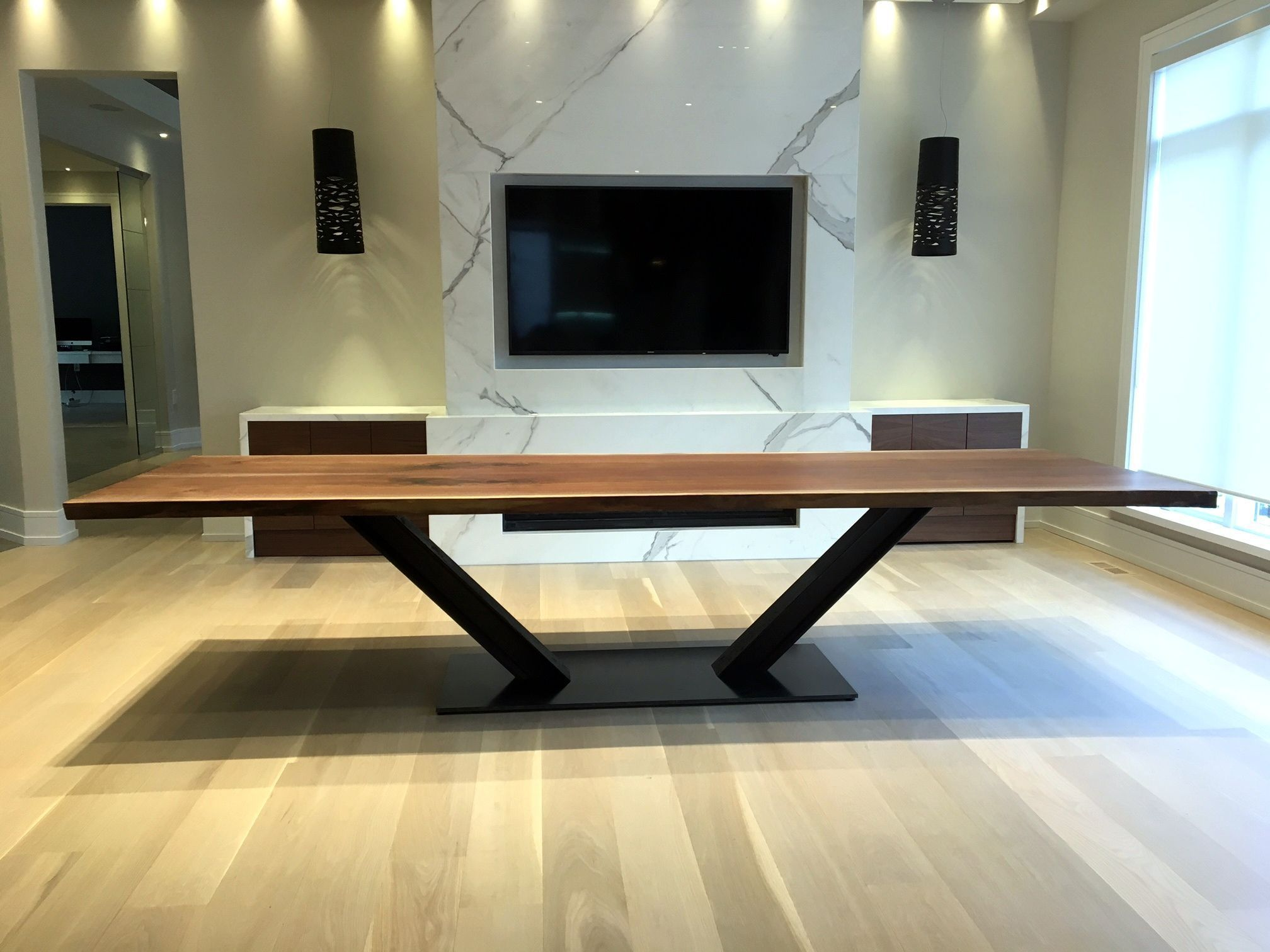 Live Edge Esstisch Aus Schwarzem Walnussholz Eisenbahnschiene Und Stahlsockel 120 Zo In 2020 Rustic Dining Room Table Modern Wood Dining Room Slab Dining Room Table