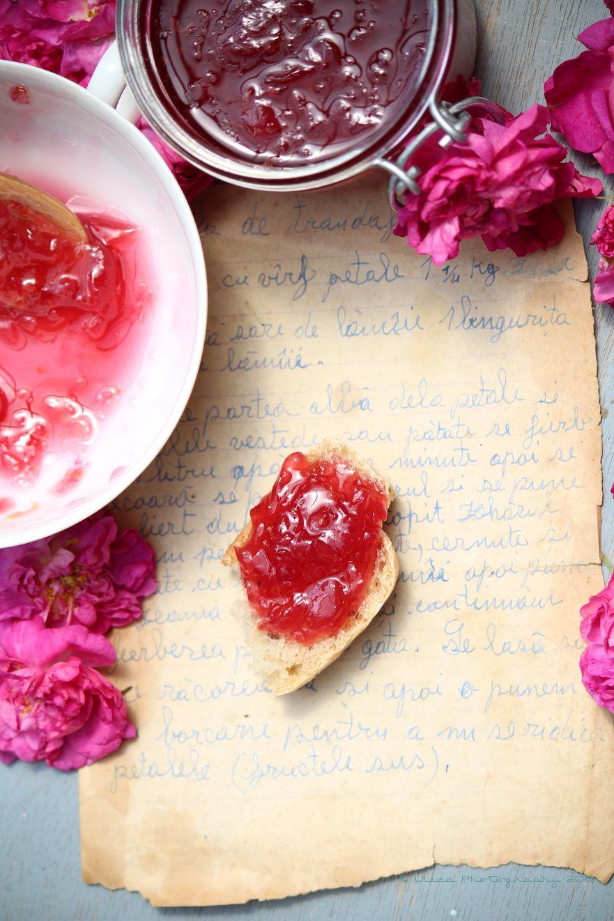 Confettura di petali di rosa damascena...