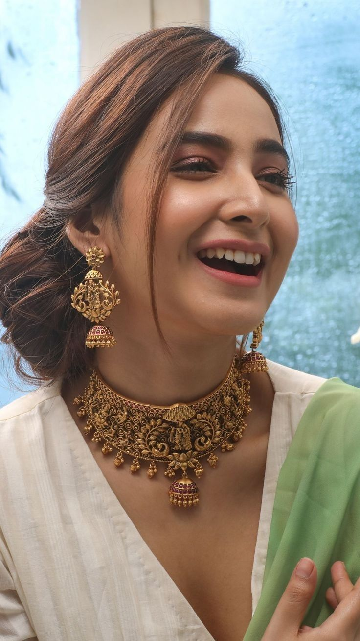 Pin By Nisya Sofyan On Earrings Gold Necklace Indian Bridal Jewelry Antique Jewelry Indian Gold Jewellery Design [ 1308 x 736 Pixel ]