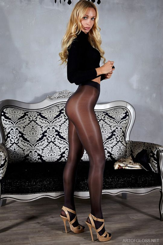Carrie Anne Moss Butt