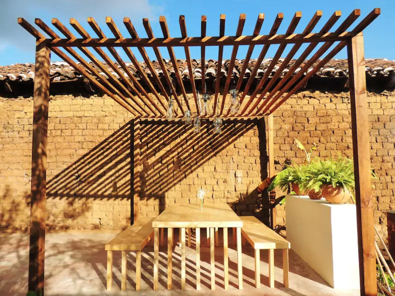 Pared de adobe y pergola de tronco rollizo rústico | Casas e Ideas ...
