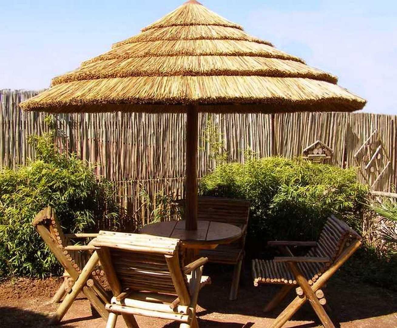 Petite Paillote En Bois Pour Un Cote Paradisiaque A Votre Jardin Design Jardin Parasol En Paille Jardin Belvedere