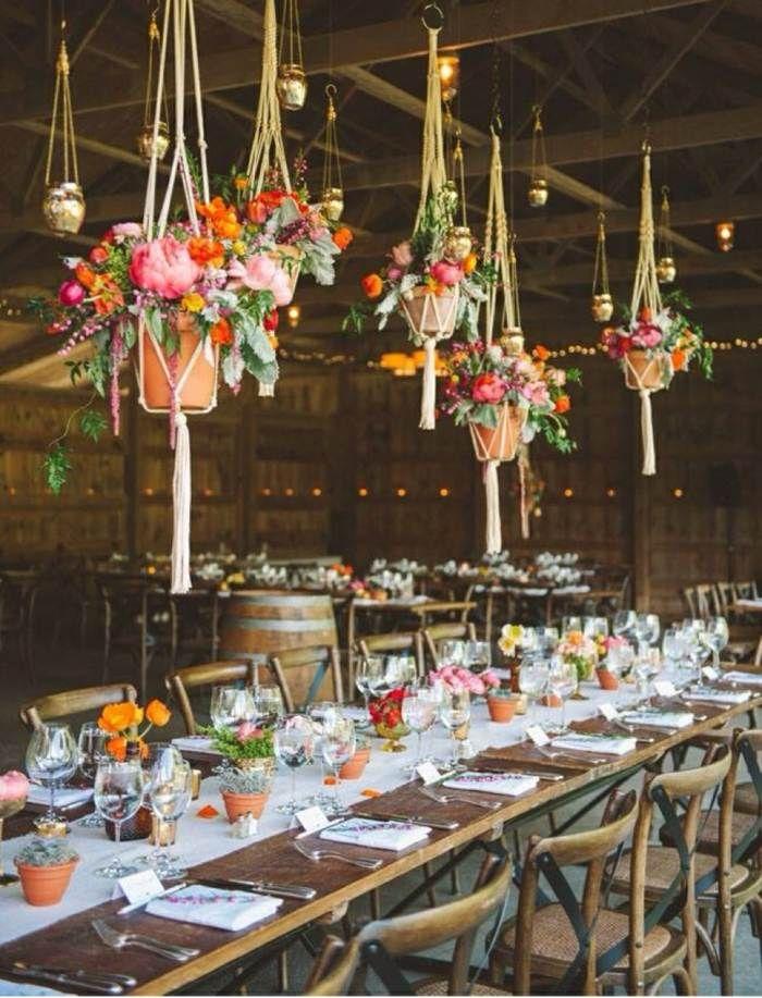 Tischdeko holz rustikal  Rustikale Tischdeko zur Hochzeit und hängende Blumenarrangements ...