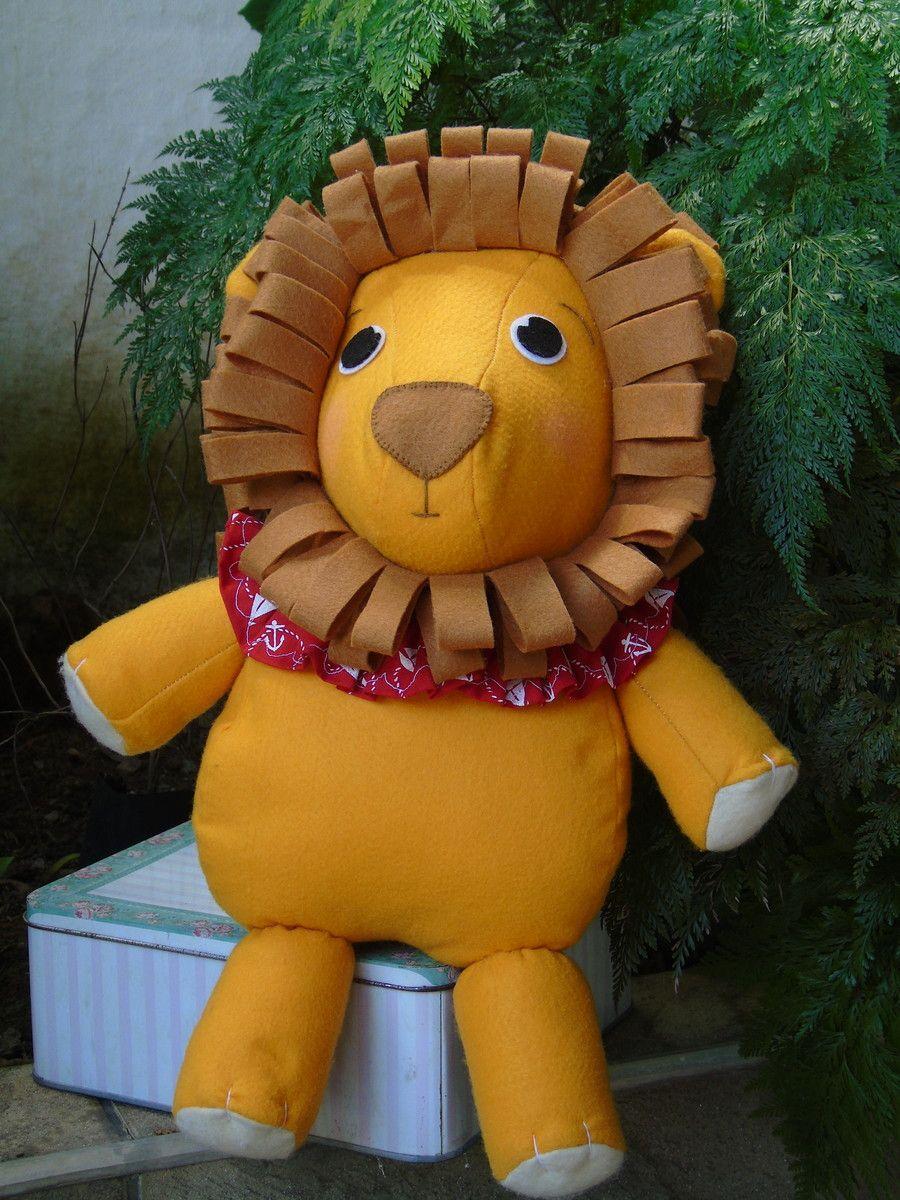 Lindo leão confeccionado em feltro, feito com muito capricho, ideal para decorar o quarto bebê, decorar mesas para aniversários e outros. <br>Mede aproximadamente 40 cm. <br>Posso fazer outros bichinhos também, como cachorrinho, urso, ursa, ovelhinha, elefante e outros.