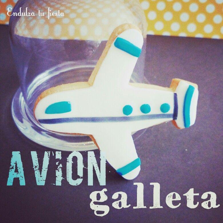 Galleta con forma de avion, sabor vainilla decorada con fondant.