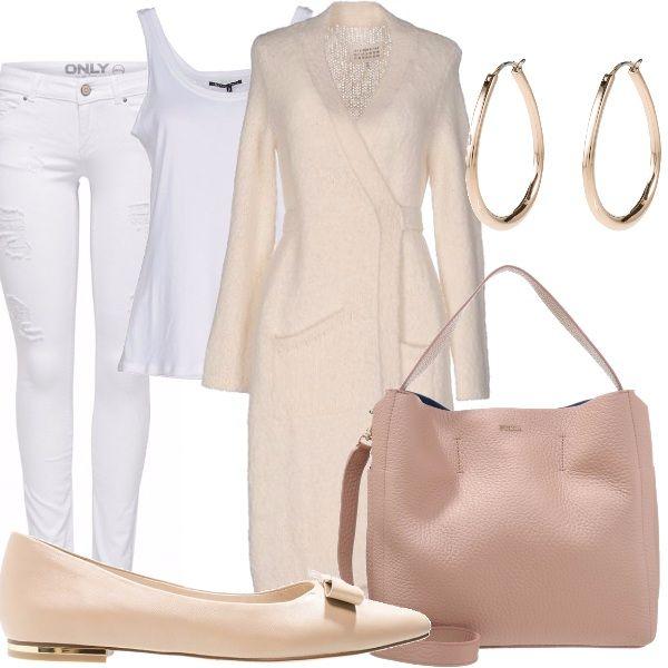 Jeans in denim bianco, canottiera in cotone bianco, cardiga lungo con cintura in vita, ballerini con decoro sul tacco color oro, borsa color cipria, orecchini a cerchio color oro.