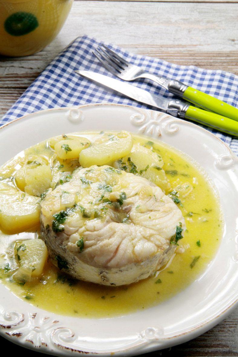 La merluza en salsa verde es un plato tradicional de la for Cocinar merluza a la vasca