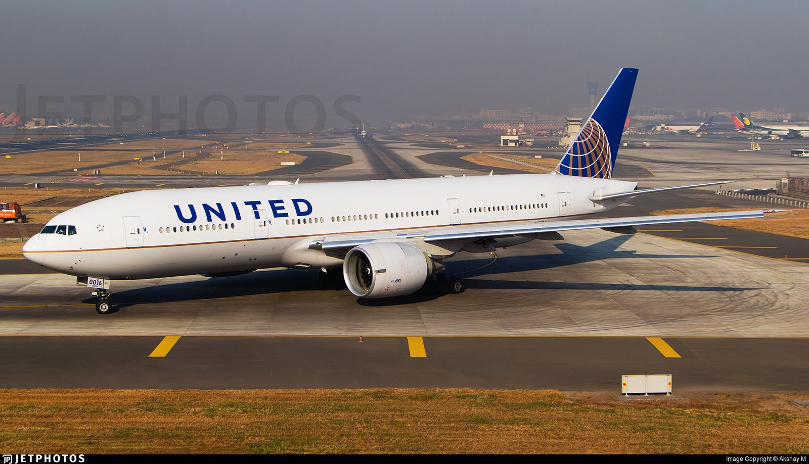 Delayed United 772 Taxies Out On A Bright Morning As Ua49d To Ewr