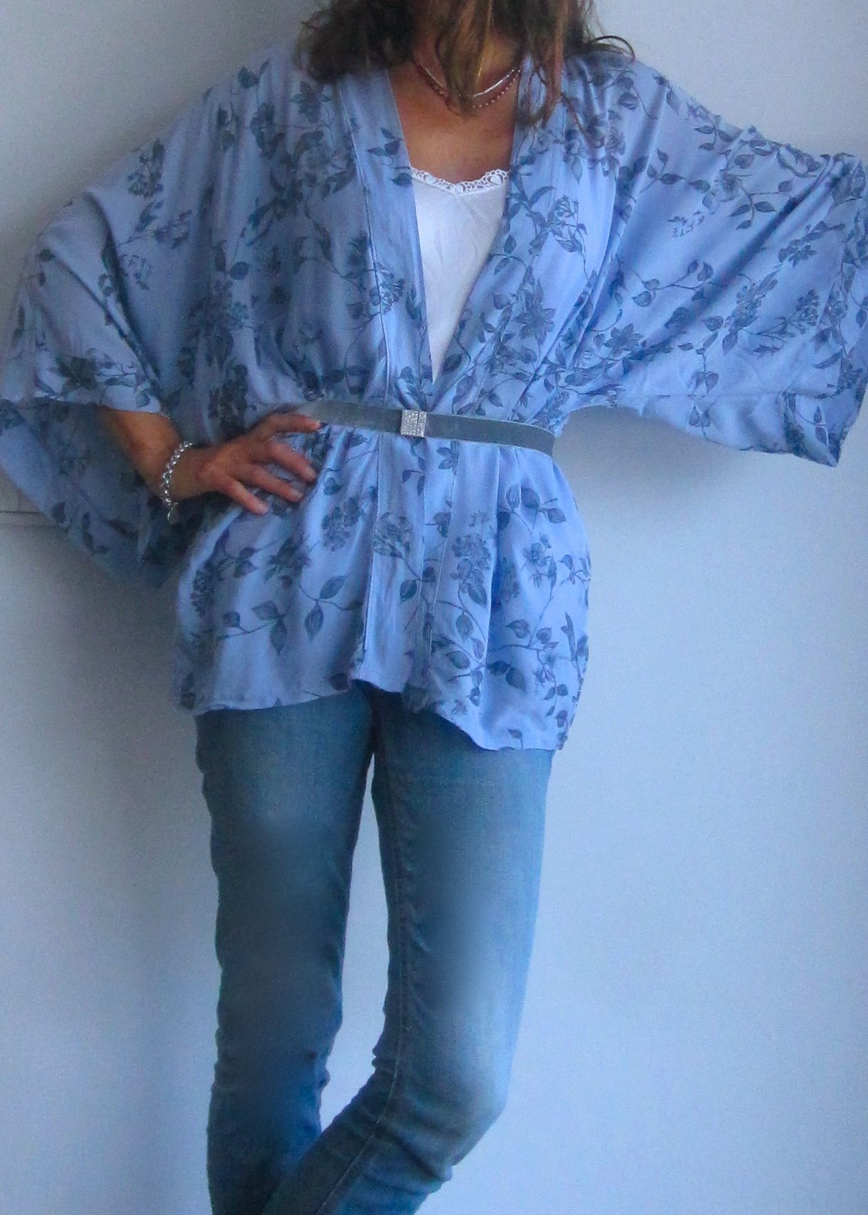 Kimono azul con cinturón de terciopelo gris. www.ch2online.com