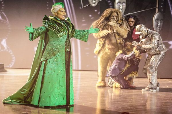 The Wiz (Queen Latifah) introduces herself to Dorothy