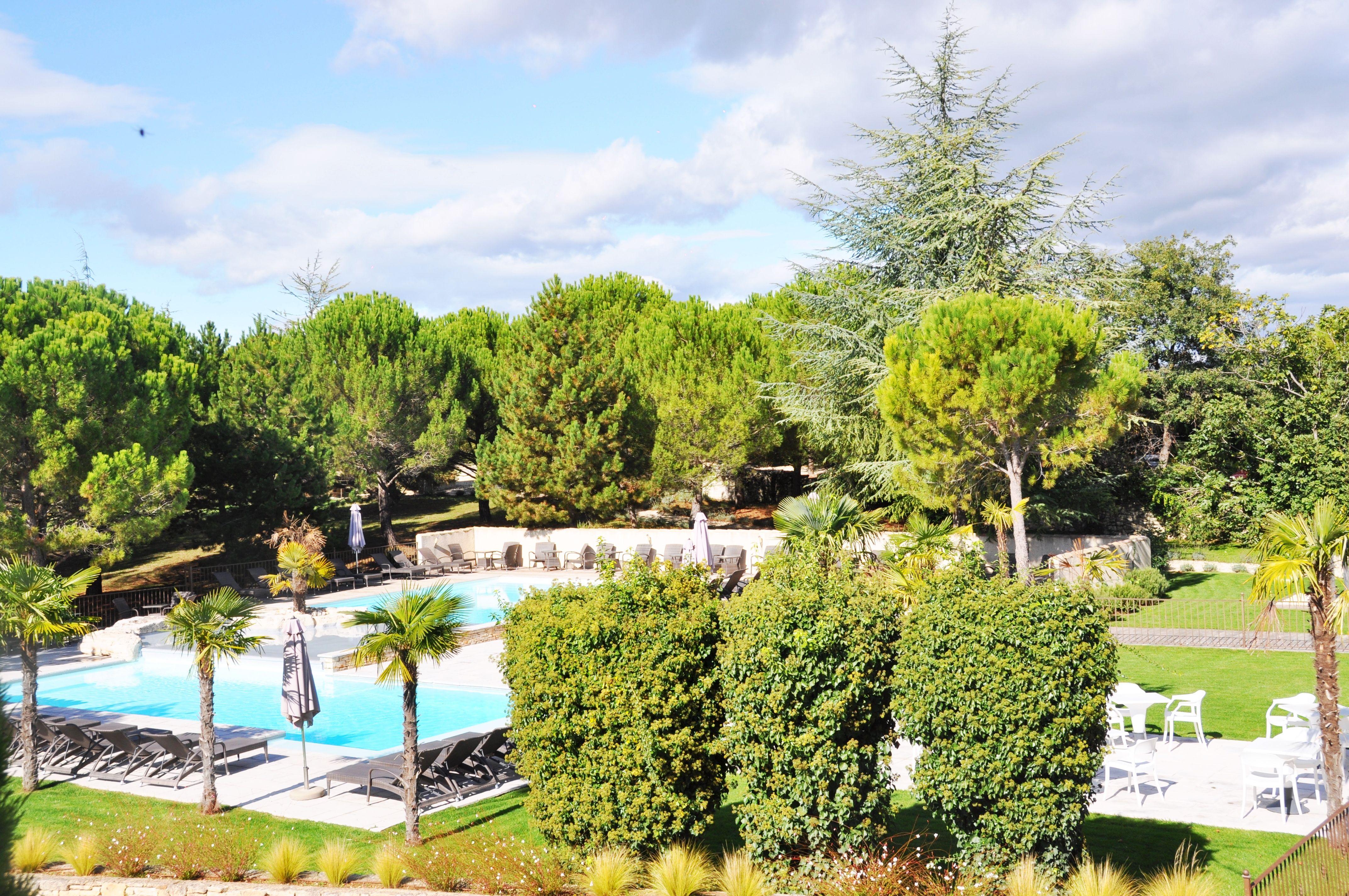 Un #hôtel Avec #piscine, Niché Dans Un #parc Arboré Du0027une