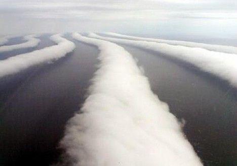 Foto: Merkwürdige Wolken über Ochotskischen Meer ~ Pink Tentacle
