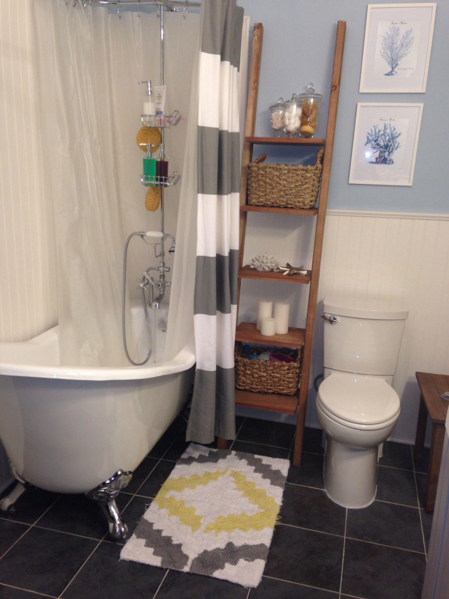 Clawfoot tub   Clawfoot tub bathroom small, Shower storage ...