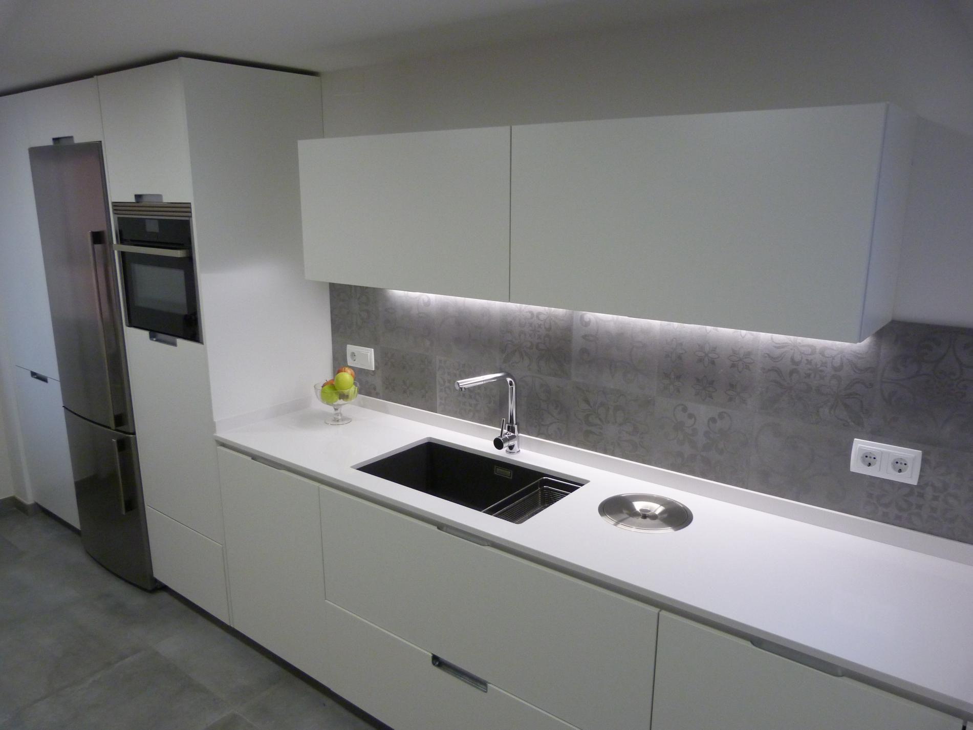 Cocina blanca y gris mobiliario minos de santos http - Cocinas blancas modernas ...