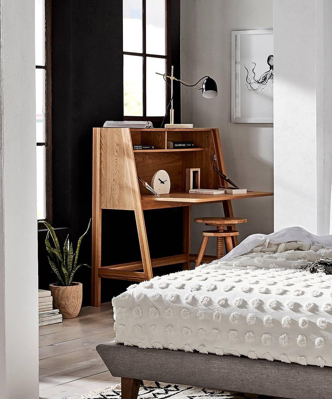 Naturbelassener Holz-Schreibtisch im Schlafzimmer, Arbeitsecke