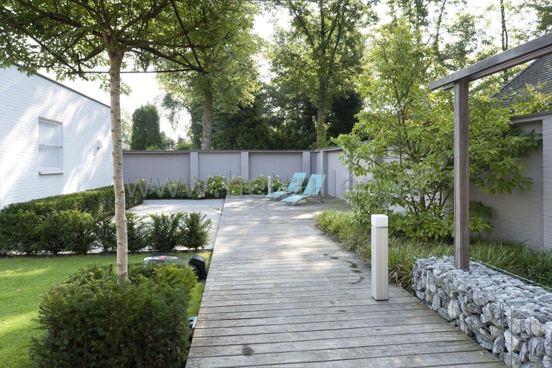 Tuinontwerp en tuinaanleg hovenier Eindhoven Helmond met houten vlonder en lounge tuinmeubelen