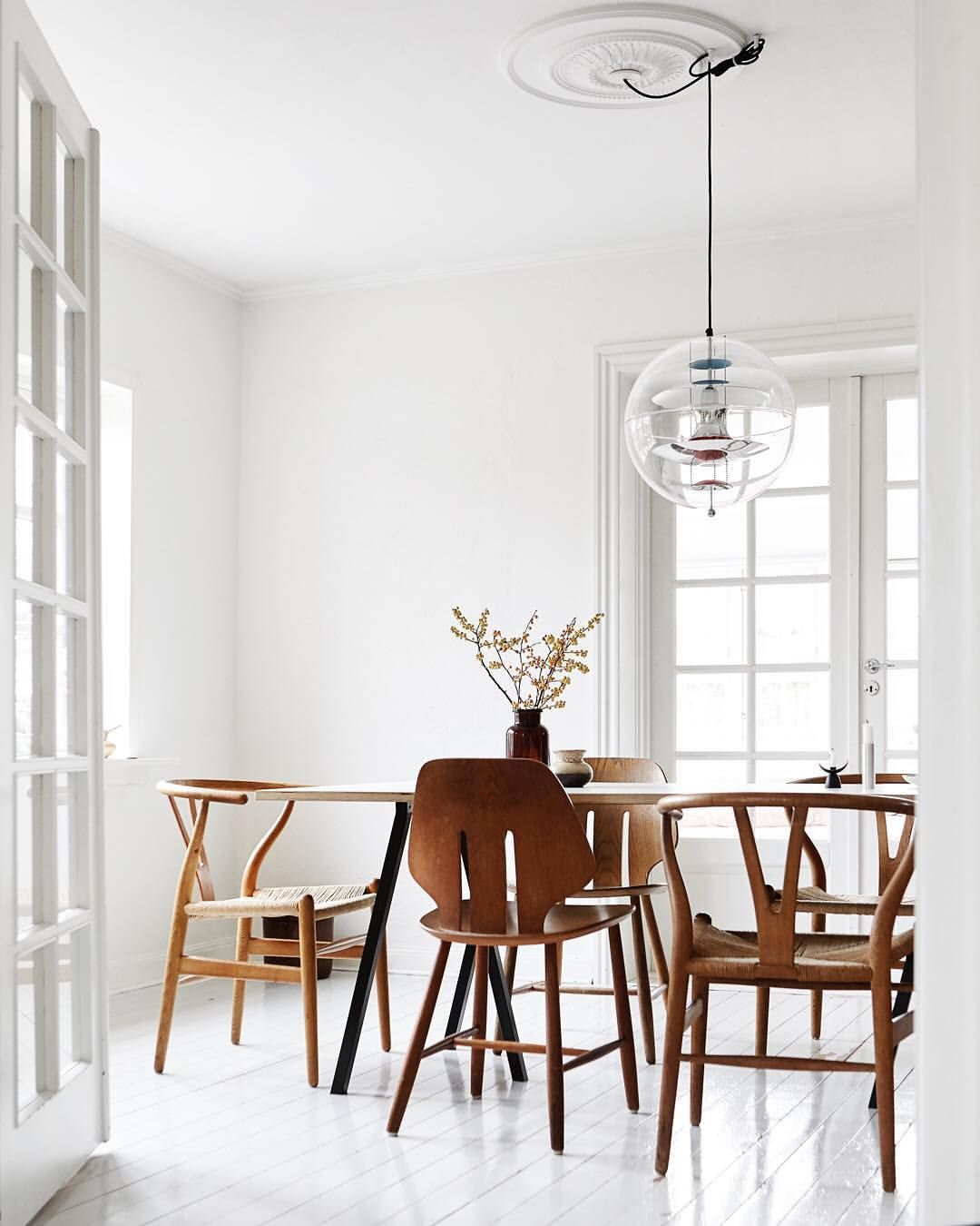 Painted White Floors Contrast The Natural Wood In This Stunning Dining Room Interiordes White Painted Floors Traditional Dining Rooms Dining Room Inspiration