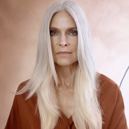 Platinum Grey hair trend look for long hair created with the ecaille technique
