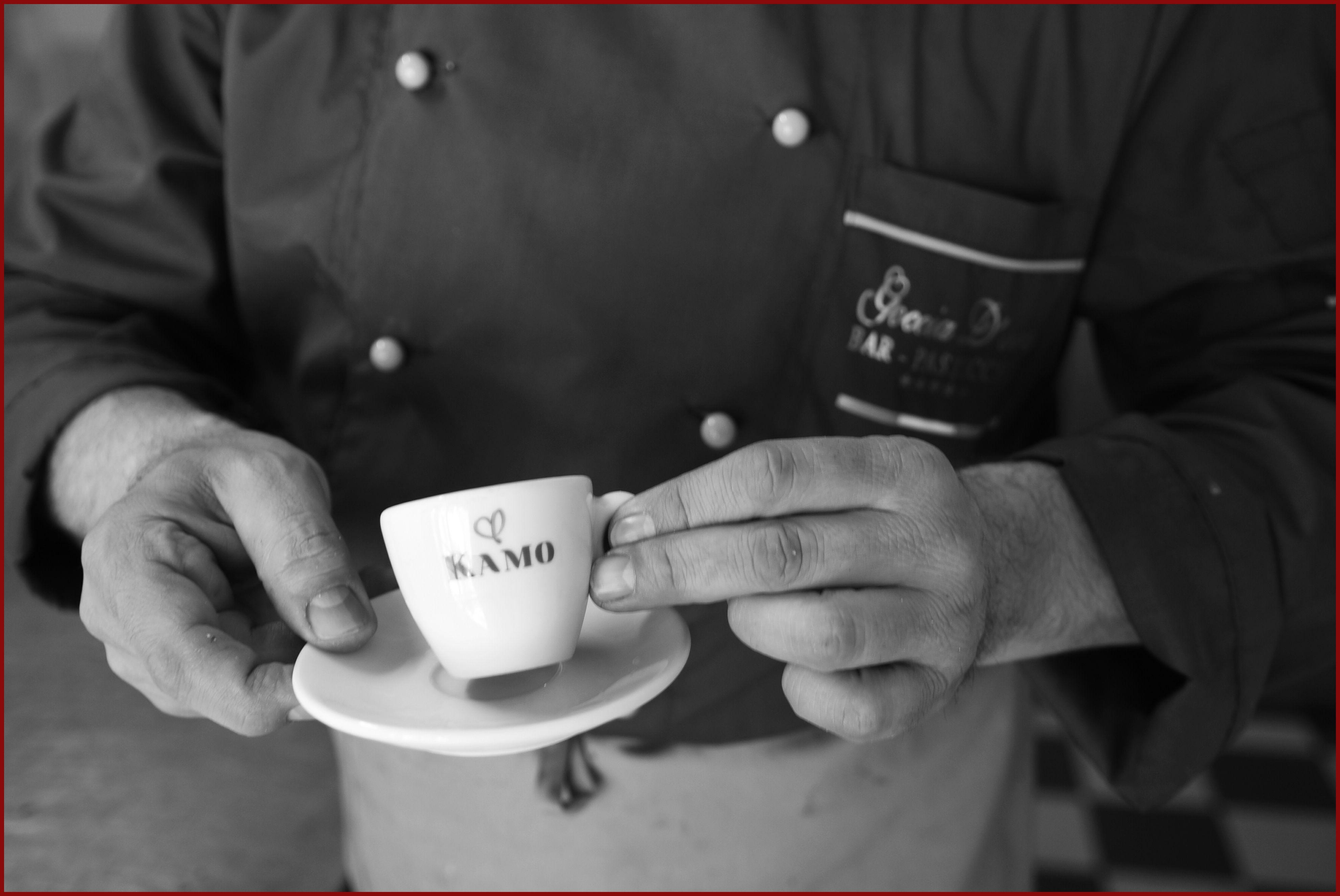 """Basta uno sguardo, e il barista di fiducia capirà se """"è il momento dell'espresso con cornetto, ma al bancone perché è già tardi"""" oppure se """"c'è il sole e sono in anticipo, mi gusto il mio caffè seduta al tavolino"""".  Basta uno sguardo, con #caffekamo.  Siamo al Bar Goccia d'oro per la colazione.  #puntikamo"""