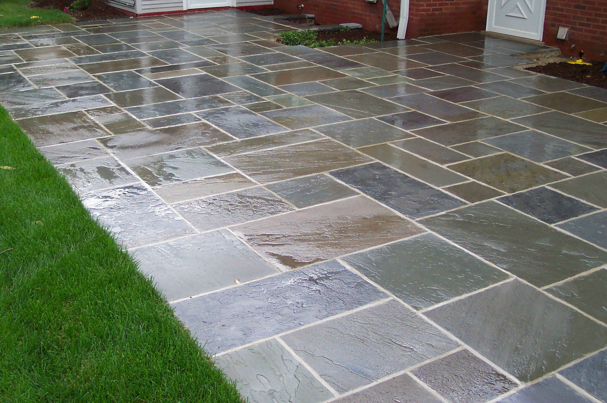 Charmant Grey Stone Floor Patio And Green Grass Yard Also White Wooden Wall .