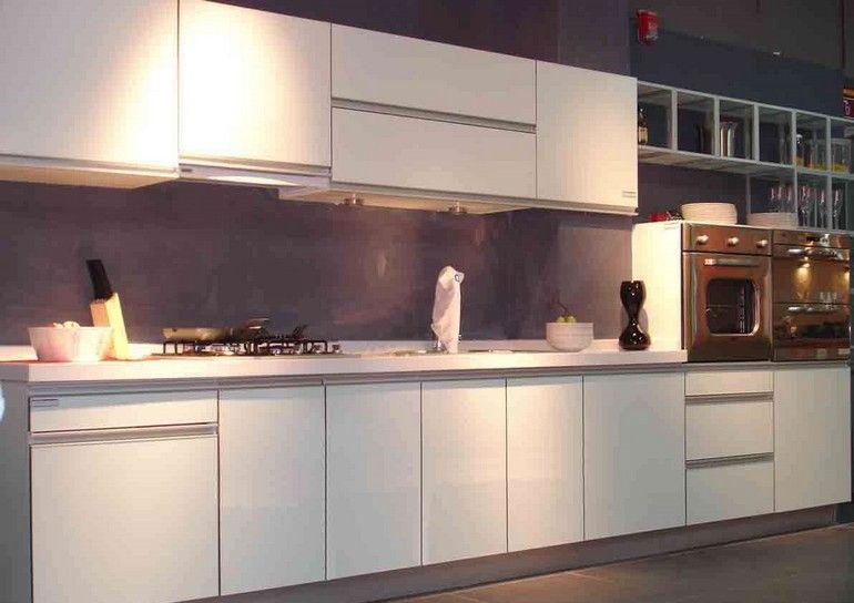 Modern bir beyaz mutfak dekorasyonunda en önemli kısımlardan birisi de ışıklandırmadır. Açık renkli olsa da mutfaklarda ışıklandırma oldukça büyük bir öneme sahiptir. İlk önce büy