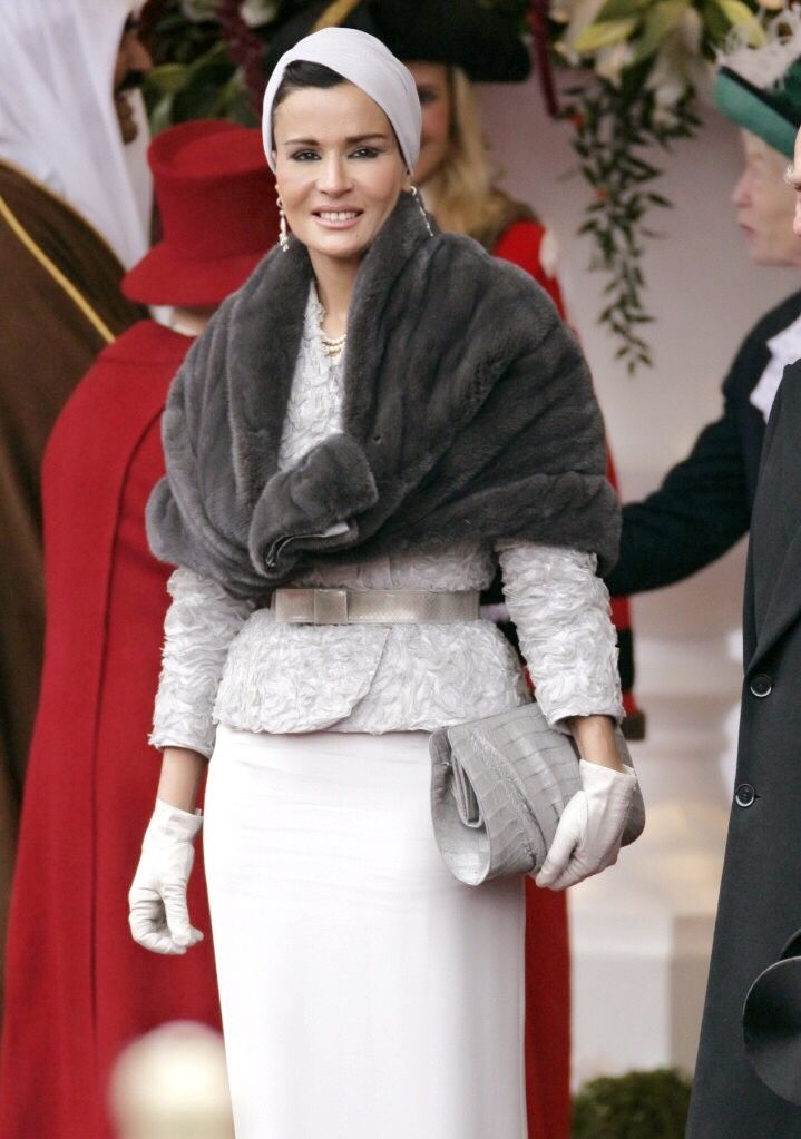 Absolutely exquisite. Sheikha Mozah looks marvelous in grey Dior haute couture ensemble at the welcoming ceremony in London. I can't say this enough, her sense of style is out of this world.