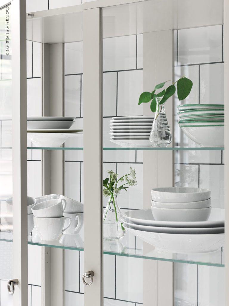 Porslinet f rvaras synligt bakom glasd rrar i stockholm for Ikea keukens 2015