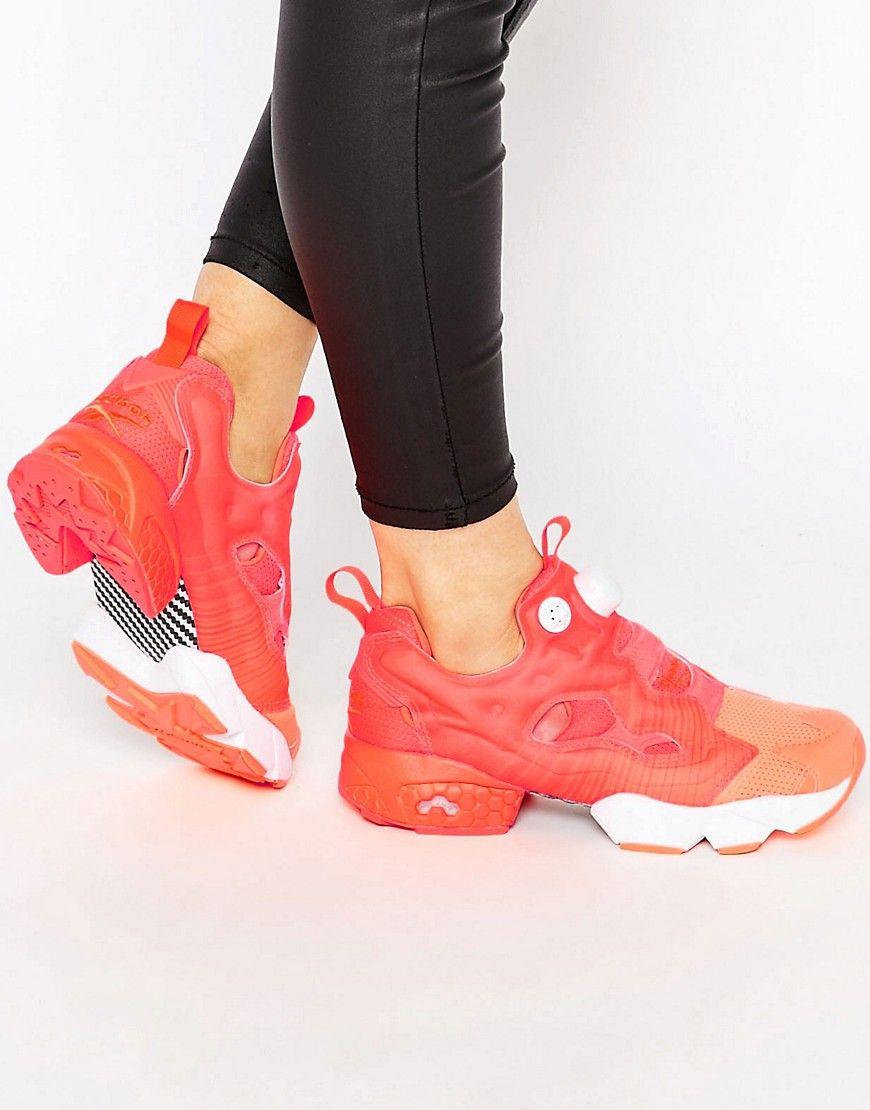 timeless design 5d6d6 0a252 Zapatillas de deporte en naranja flúor Instapump Fury Co-Op de Reebok.  Zapatillas de deporte de Reebok, Exterior de malla ligera, Capas moldeadas,  ...