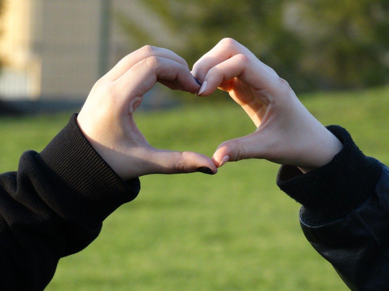 Картинки сердце из пальцев рук вместо этого