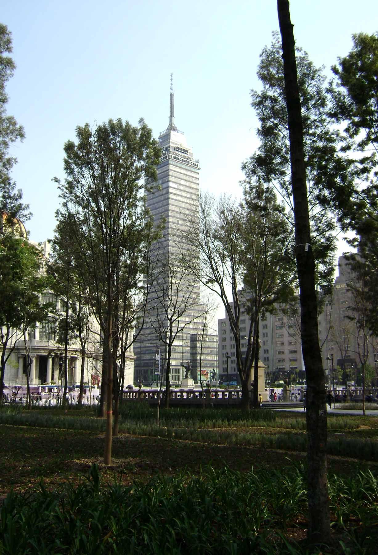 Vista de la Alameda Central  hacia la Torre Latinoamericana