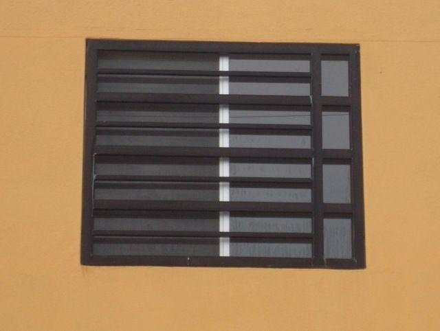 Modelo de herrería de ventanas modernas fabricadas con rejas de