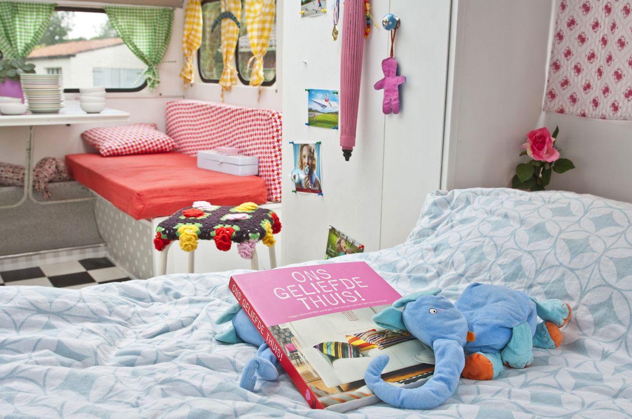 mieke dalle gebruikt haar retro caravan een kema kwikstaart uit