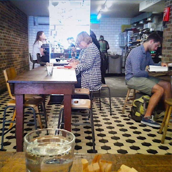 Della recente passione degli Inglesi per il caffè abbiamo già accennato e la nostra ultima scoperta non fa che confermare questo trend; Exmouth Coffee Company è un piccolo coffee shop nell'East End all'apparenza anonimo, senza insegna (abbiamo scoperto il nome dallo scontrino), incastrato tra un KFC e una galleria d'arte. Qui non solo usano una miscela locale, ma tostano direttamente...